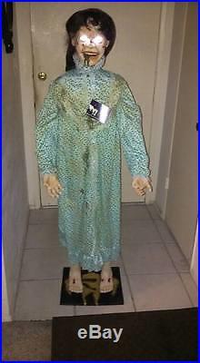 Halloween prop LIFESIZE ANIMATED 5 FT TALL REGAN THE EXORCIST. HEAD TURNS