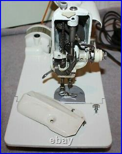 VINTAGE WHITE SINGER 221 FEATHERWEIGHT SEWING MACHINE WithCASE & ACCESSORIES